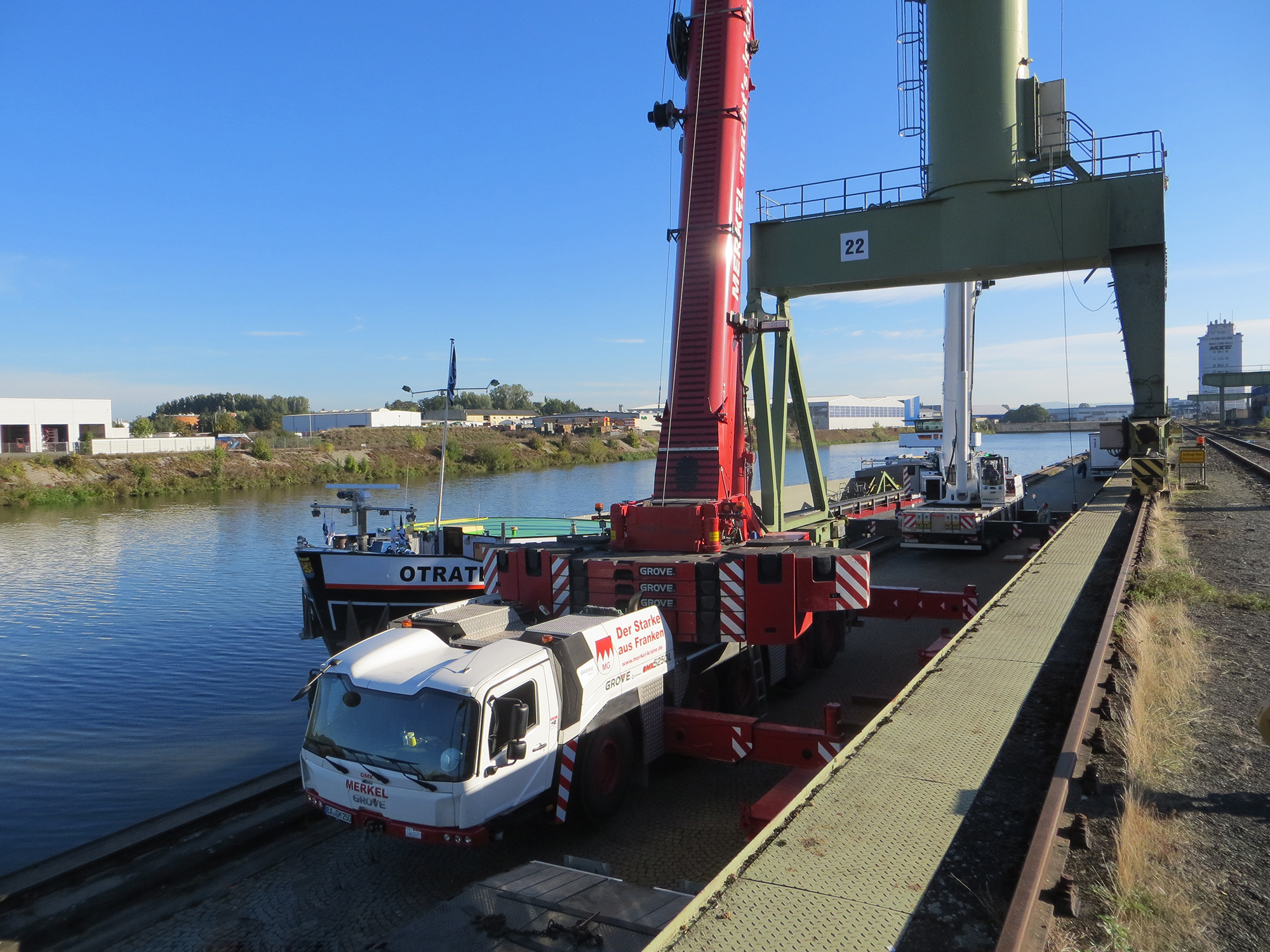 MTW-News-Pair-of-GMK5250Ls-complete-tandem-lift-in-tight-quarters-at-Bamberg-port3.JPG
